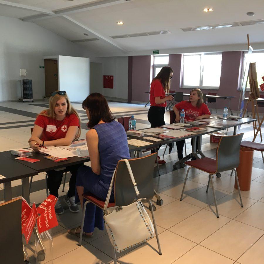 Wolontariuszki z I LO na Festiwalu Zdrowia w Gminnym Ośrodku Sportu i Rekreacji w Zakrzowie, 02.06.2019