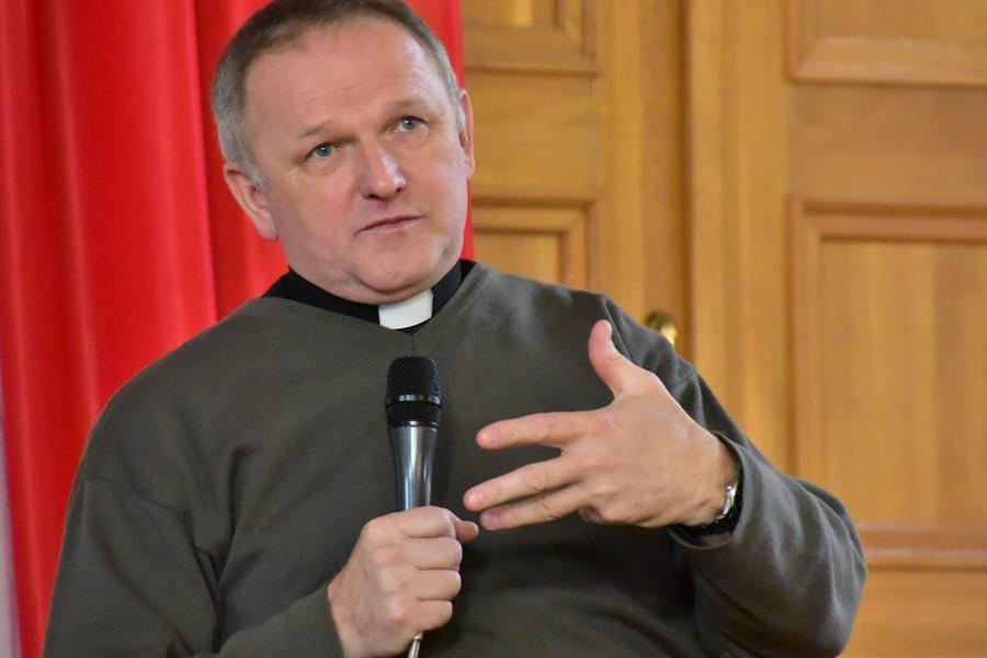 Spotkanie z ks. Wojciechem Lemańskim w auli I LO, 28.11.19