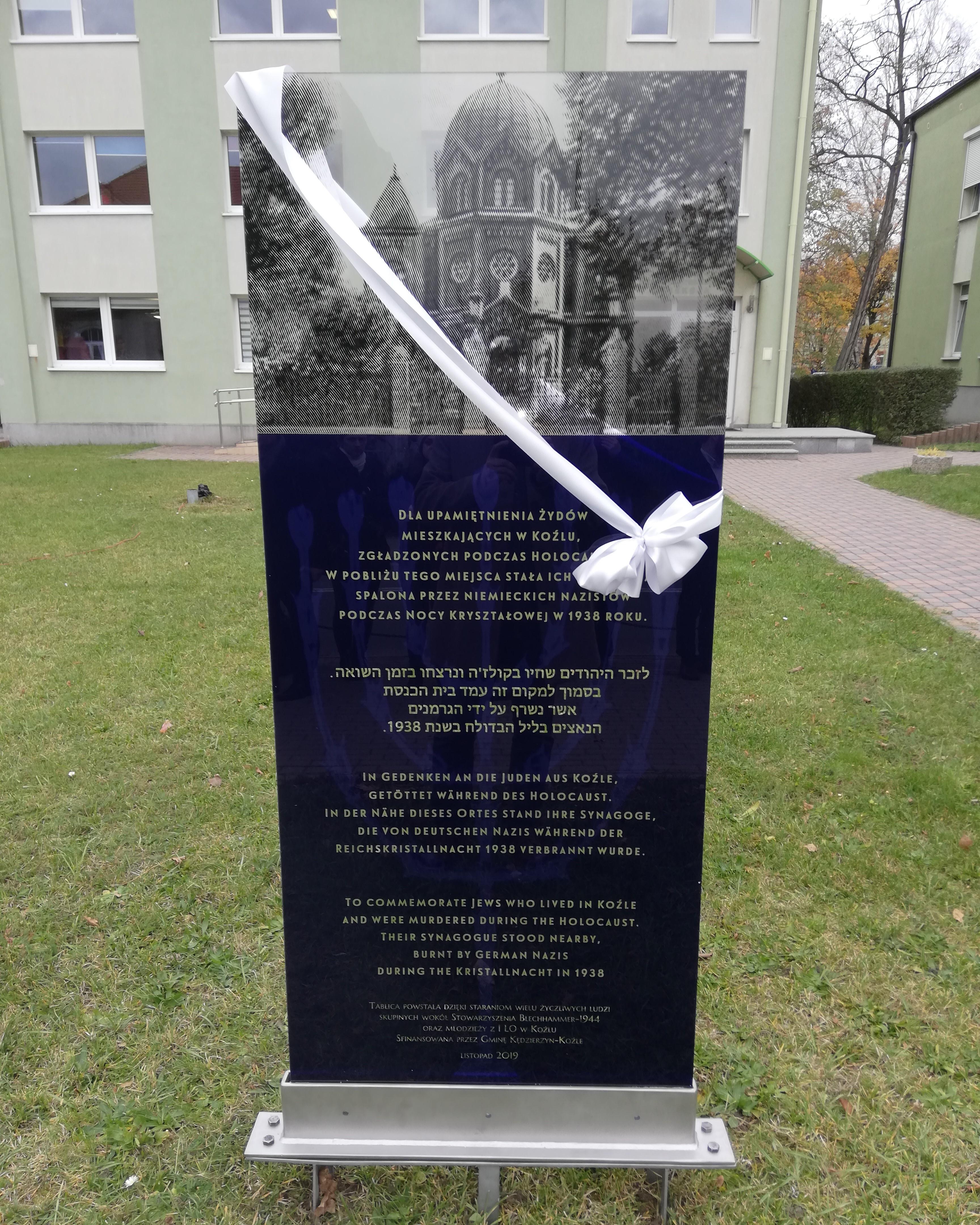 """Projekt """"Przywróćmy Pamięć"""" – odsłonięcie tablicy z udziałem uczniów I LO"""