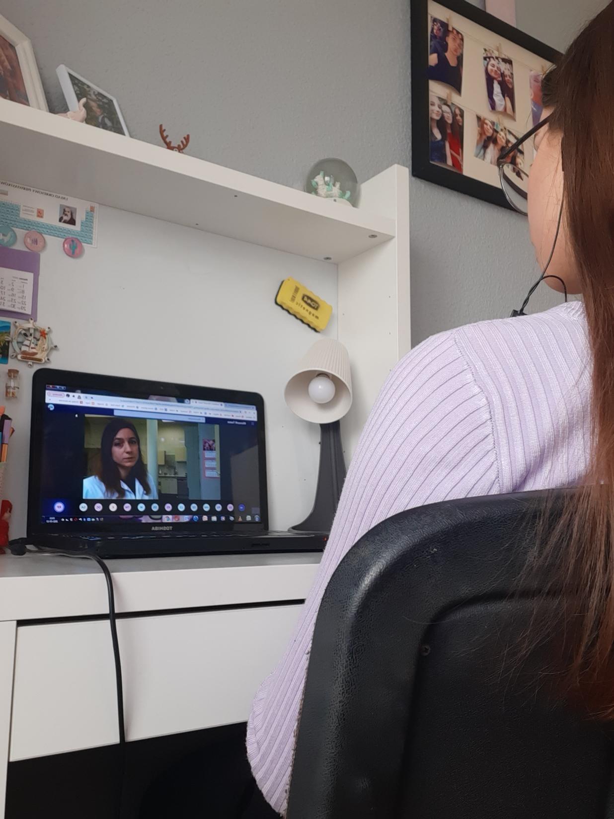 Uczennice I LO na warsztatach kosmetycznych on-line