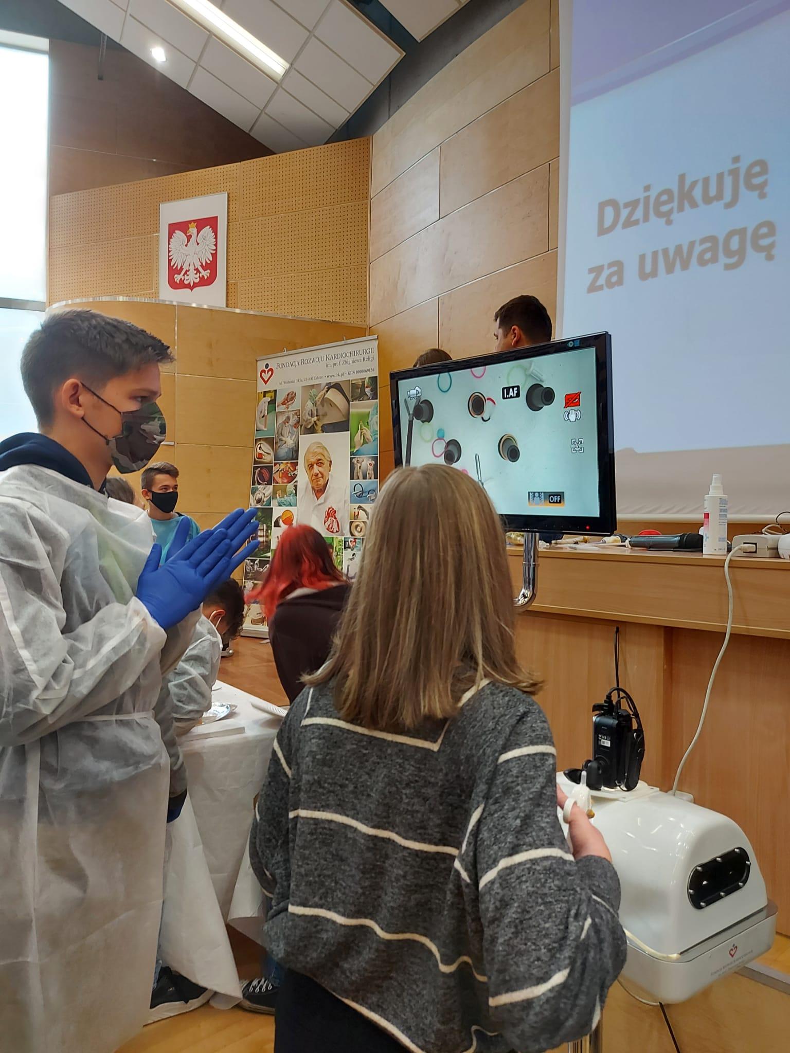 Uczniowie I LO na miniwarsztatach chirurgicznych w Katowicach